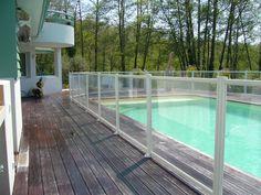 Clôture piscine aluminium et remplissage verre feuilleté Clairalu pas cher, une barrière conforme à la réglementation sur la sécurité piscine