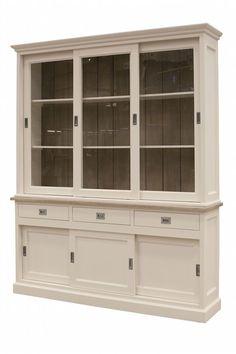 eze landelijke vitrinekast is een echte eyecather in je interieur. Daarnaast biedt de witte Vitrinekast Newport Large ook zeeën aan opbergruimte waardoor je interieur altijd netjes is. De vitrinekast heeft een robuuste uitstraling gecombineerd met sierlijk accenten die meteen opvallen bij het betreden van je woonkamer.