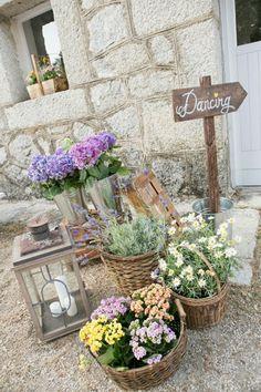 Decoración con flores en una boda de inspiración campestre - TELVA
