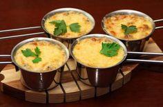 Жульен с грибами очень вкусное нежное блюдо, пользующееся большой популярностью.Чтобы приготовить жульен нам потребуется:- 200 грамм грибов- 100 грамм сыра- четыре столовых ложки сметаны- одна лукови…