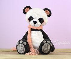 Mijn Kleine Pandabeer is met sokkenwol gehaakt en wordt zittend dan ongeveer 18 cm hoog. Werk je met ander garen let er dan op dat de uiteindelijke grootte zal afwijken. Pas hier de maat van de veiligheidsoogjes op aan.