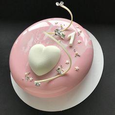 На первую годовщину малышки! Внутри Торт Pink: Бисквит спонж с белым шоколадом и малиной, желе из малины и личи, малиновый хрустящий слой и нежнейший мусс пломбир из белого шоколада