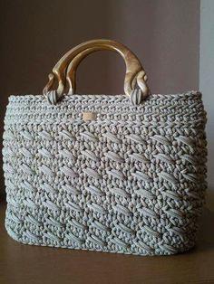 This Pin was discovered by Ele Diy Crochet Bag, Crochet Bag Tutorials, Crochet Handbags, Crochet Purses, Yarn Bag, Macrame Bag, Basket Bag, Knitted Bags, Vintage Crochet