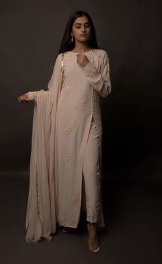 Looks to get Hook Of – AwesomeLifestyleFashion - Pakistani dresses Salwar Designs, Kurti Designs Party Wear, Kurta Designs Women, Blouse Designs, Pakistani Dress Design, Pakistani Outfits, Indian Outfits, Dress Indian Style, Indian Dresses