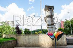 Totem da Sé. Domenico Calabrone (1928-2000), Granito 5,20m x 2,20m x 2,0m, Pedestal – Concreto 0,40m x 1,10m x 1,05m. Praça da Sé, São Paulo - SP, 01/2013.                                    * É necessário solicitar autorização de uso ao autor da obra.