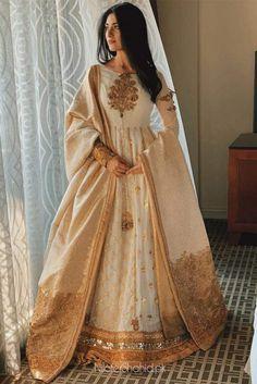 Nilofer Shahid - Gul e Zar Shawl Beautiful Pakistani Dresses, Pakistani Dresses Casual, Indian Gowns Dresses, Indian Fashion Dresses, Pakistani Bridal Dresses, Dress Indian Style, Pakistani Dress Design, Indian Designer Outfits, Pakistani Mehndi Dress