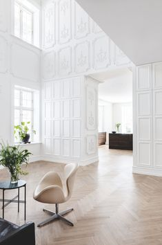 Incredible stucco in this hall. Stucco can be seen from top to bottom and works as art in this home. Living Room Grey, Living Room Decor, Dining Room, Sofa Manufacturers, Interior Styling, Interior Design, Dark Interiors, Black Walls, Modern Classic