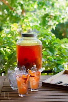 Ice tea cu piersici fără zahăr, o băutură răcoritoare naturală și ușor de făcut Hot Sauce Bottles, Stevia, Alcoholic Drinks, Wine, Glass, Food, Drinkware, Corning Glass, Essen