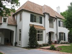 Traditional Exterior Farrow & Ball, Pantalon 221 Choosing an exterior trim color for a home is not an easy task. White Exterior Paint, White Exterior Houses, Exterior Paint Colors For House, Exterior Trim, Paint Colors For Home, Paint Colours, Exterior Colors, Brown Roof Houses, Brown Roofs