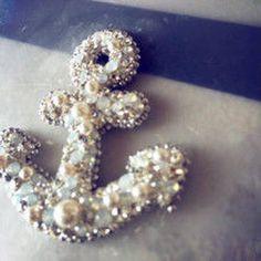 神戸デザイン/イカリペンダントトップ/グルーデコスワロフスキーアクセサリー Felt Brooch, Beaded Brooch, Bead Embroidery Jewelry, Beaded Embroidery, Couture Beading, Handmade Beaded Jewelry, Beaded Ornaments, Beading Projects, Handmade Felt