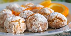 Imádom a narancs illatát, és minden narancsos süteményre lecsapok. Előszeretettel próbálom ki az új recepteket, és szeretem, ha a család is megörül egy-egy alkotásnak. A kókuszos-narancsos pöfeteg sütemény is egy ilyen édes kísértés. A címe nem árul el titkot, a tésztájába kókuszreszelék is kerül, amitől szerintem még finomabb. Még sütés előtt porcukorba forgatom a falatnyi kis golyókat, és miután megsült, nem marad más hátra, mint élvezni az ízeket. Xmas Food, Christmas Baking, Creative Cakes, Creative Food, Low Carb Brasil, Biscuits, Small Desserts, Hungarian Recipes, Coconut Recipes