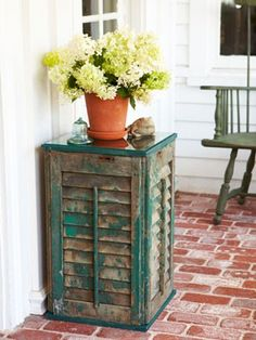 Upcycled Shutter Table - If you're lucky enough to salvage some old shutters, one way to use them is a side table. Shutter Table, Shutter Decor, Shutter Island, Shutter Door Ideas, Window Shutter Crafts, Shutter Shelf, Build A Table, Diy Table, Rustic Table