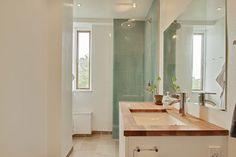 Badeværelse m bruseniche i lækre grønne fliser