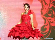 Charming girls display dresses made of Chinese rice paper (5) - People's Daily Online