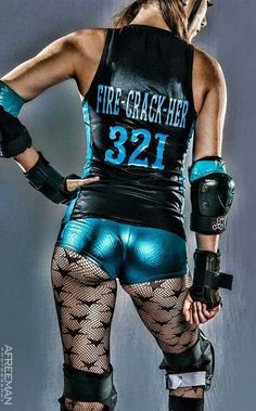 This shot really captures the glamorous side of derby Roller Derby Clothes, Roller Derby Girls, Pinup Photoshoot, Fitness Photoshoot, Derby Skates, Derby Outfits, Roller Skating, Athletic Women, Sport Girl
