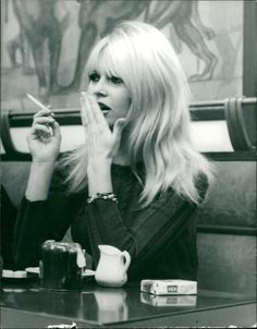 Vintage photo of Brigitte Bardot Brigitte Bardot, Bridget Bardot Hair, Women Smoking, Girl Smoking, Marlene Dietrich, Divas, Marilyn Monroe Photos, Winter Mode, Most Beautiful Faces
