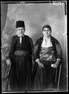 Viele Porträts wurden zu Repräsentationszwecken aufgenommen, um sie später im Haus aufzustellen. Hier eine Aufnahme der Familie Rrota aus Shokdra.