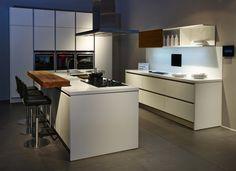 Modernes Haus Kuche Mit Kochinsel Und Tisch Kche