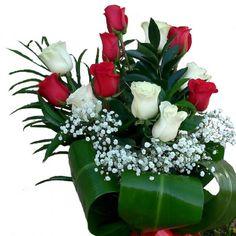 Precioso ramo de flores con una docena de rosas rojas y blancas para crear un contraste de colores que significa que se quieren transmitir un montón de emociones de amor y cariño a la persona a quien se le quieren enviar.  Puedes comprar en esta web el ramo de rosas con dos colores como el blanco y rojo de la foto o puedes llamar por teléfono para hacer el pedido de las rosas con la combinación de colores que más te gusten, dependiendo de las rosas de colores que tenemos en la floristería…
