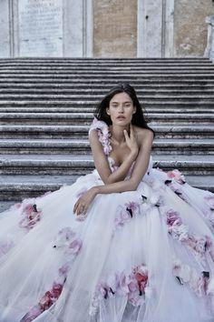 #moda: La sensuale bellezza di Bianca Balti, la magia di Roma come sfondo ed i bellissimi abiti di Angelozzi Couture si raccontano shooting di Fabrizio Ferri.http://www.sfilate.it/235771/bianca-balti-shooting-spettacolare-roma-per-angelozzi-couture