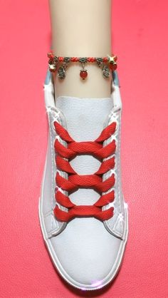 Ways To Lace Shoes, How To Tie Shoes, Ways To Tie Shoelaces, Diy Fashion, Fashion Shoes, Diy Clothes And Shoes, Tie Heels, Ways To Wear A Scarf, Red Converse
