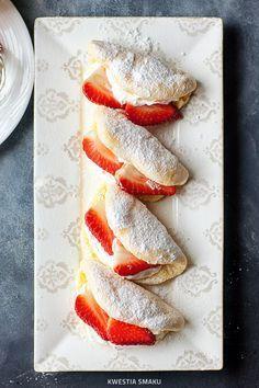 Pieczone omleciki biszkoptowe (biskwity) z bitą śmietaną i owocami