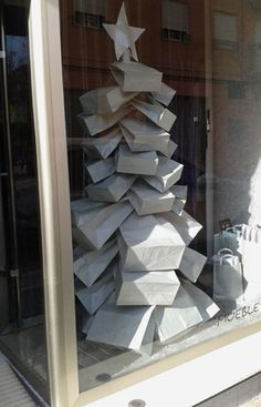 The #gift bag #Christmas tree display idea. Actually, I think these are simply brown kraft bags. Brill!