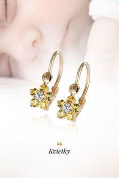 Prvým šperkom, ktorý žena vlastní, sú poväčšine detské náušničky, pričom je to tiež posledný šperk, výber ktorého nemáva vo vlastnej réžii 😊 Z našich skúseností vieme, že o to väčší dôraz doprajete ich výberu a my vám ho uľahčíme tipom na náušnice Kvietky, ktoré sme rozžiarili žltými zafírmi, diamantmi, doplnili žltým zlatom, ktoré má samo osebe hypoalergénne vlastnosti a veľmi dôležitým bezpečným zapínaním. Baby Earrings, Jewelry, Fashion, Moda, Jewlery, Jewerly, Fashion Styles, Schmuck, Jewels
