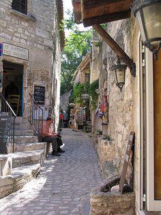 Narrow alleyway in Les Baux de Provence, France (by claudia@flickr).