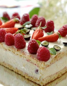 Mothers festive cake tiramisu with raspberries Köstliche Desserts, Italian Desserts, Delicious Desserts, Yummy Food, Sweet Cooking, Cooking Chef, Strawberry Cakes, Pastry Cake, Sweet Cakes