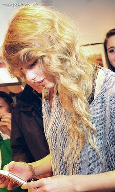 Taylor Swift at New York 2010 Candid   #taylor swift #taylor swift candid #taylor swift pictures #taylor swift wallpaper #taylor swift 2010 #2010 #fearless era #speak now era