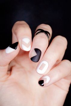 Uñas pintadas con figuras a blanco y negro