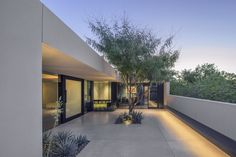 Situated on a corner lot in Arcadia Lite, Arizona, this stucco-clad ranch house gets a much-needed transformation by architect Darren Petrucci. Modern Architecture House, Architecture Design, Landscape Architecture, Home Office Design, House Design, Beach Bungalows, Garden Landscape Design, Patio, Backyard