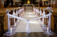 Idéer til bryllup Wedding decorations - decorations for wedding halls and the church for the wedding Simple Church Wedding, Wedding Church Aisle, Wedding Pews, Indoor Wedding Ceremonies, Wedding Halls, Wedding Isle Decorations, Pew Decorations, Burgundy And Grey Wedding, Emerald Wedding Colors