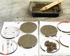DIY: Make Concrete Coasters this site is amazing! I'll use Portland cement, It doesn't have the large aggregate. Cement Art, Concrete Cement, Concrete Crafts, Concrete Projects, Concrete Design, Concrete Table, Cement Planters, Rainbow Diy, Home Crafts