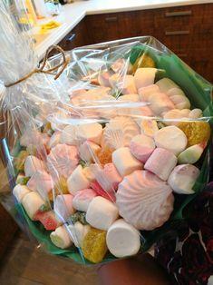 состав: зефир,маршмеллоу двух видов, мармелад, желейные конфетки