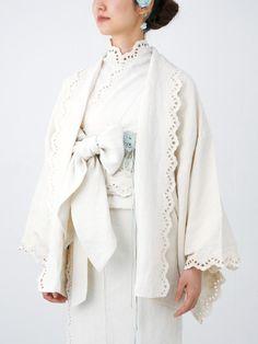 """yukulele: """" thekimonolady: """" One more post from kimono shop """"Double Maison""""! These are very modern and cute takes on haori (kimono jackets). Traditional Kimono, Traditional Fashion, Traditional Dresses, Kimono Yukata, Kimono Dress, Kimono Tradicional, Style Du Japon, Mode Kimono, Kimono Design"""