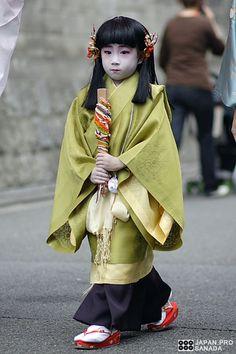 .a girl dressed in junihitoe