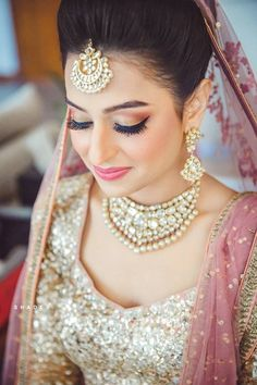 Hindu Wedding with Glittering Gold Elements and a Gorgeous Bride Bridal Hairstyle Indian Wedding, Pakistani Bridal Makeup, Indian Wedding Bride, Indian Wedding Makeup, Best Bridal Makeup, Indian Bridal Hairstyles, Wedding Day Makeup, Bridal Makeup Looks, Bride Makeup