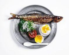 Rugbrød med røget fisk, fennikel og kogt æg