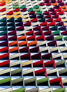 De perto, as imagens do fotógrafo Jared Lim parecem incríveis desenhos abstratos, mas na verdade as linhas, curvas e cores detalham a arquitetura urbana retratada por ele em suas viagens pelo mundo. http://jrdlim.wix.com/jaredlimphotography