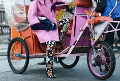 Tommy Ton Shoots Street Style at the Fall 2014 Fashion Shows // Cool Street Fashion, Love Fashion, Fashion Show, Autumn Fashion, Fashion Design, Fashion Trends, Paris Fashion, Tommy Ton, Autumn Street Style