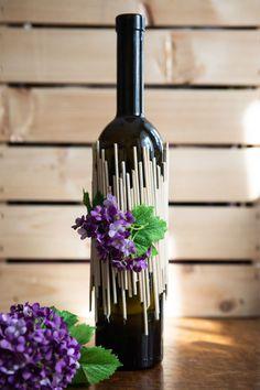 Vyrobte z nich originální vázu – Proženy - New Sites Wine Bottle Centerpieces, Wine Bottle Vases, Glass Bottle Crafts, Painted Wine Bottles, Diy Bottle, Bottle Lights, Decorated Bottles, Garrafa Diy, Bottle Painting