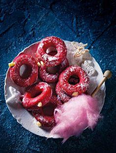 rooi fluweeldoughnuts gevul met vla