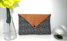 Pochette enveloppe noir et blanche, rabat en liège : Autres sacs par au-fil-de-lou
