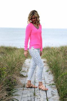 Print skinny pants, neon top