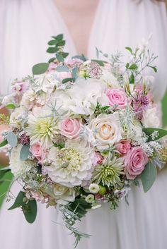 Brautstrauß aus zarten Pastelltönen mit Dahlien und Rosen - Foto: Marie Bleyer | Hochzeitsblog - The Little Wedding Corner