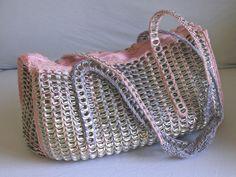 Bolso lila y rosa de anillas de lata de refresco por musarecycleart