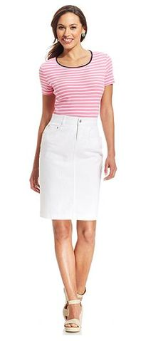 Stumped on how to wear a white denim skirt without looking dated? We've rounded up some of our favorite white denim skirt outfits along with some cool places to buy them. Denim Pencil Skirt Outfit, Black Skirt Outfits, Jean Pencil Skirt, White Denim Skirt, Denim Mini Skirt, Modest Outfits, Modest Fashion, Denim Skirts, White Skirts