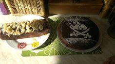 Einfach so mal Lust gehabt für uns zu backen. Piratenkuchen für Maus aus einer Fertigpackung + 1x Schokokuchen ohne Ei und Milch, der wider Erwarten sehr lecker geworden ist. Dazu ein Schüsschen Amaretto und karamellisierte Mandeln <3